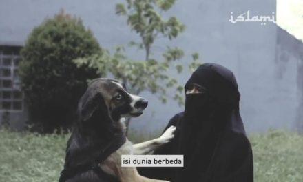 Perempuan Bercadar yang Bermain dengan Anjing